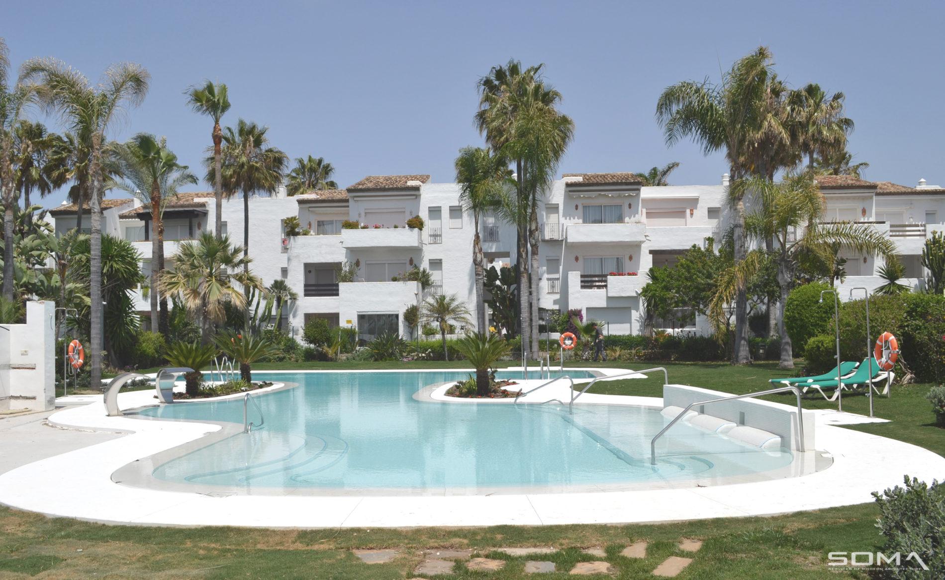 Modernización y reforma de piscina, jardines y viviendas, urbanización Costalita, Estepona